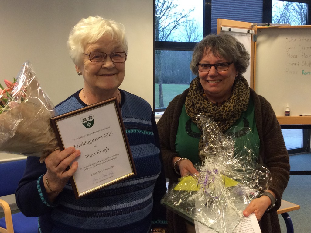 Anette Søegaard(th) overrakte blomster og diplom  til Nina Krogh.